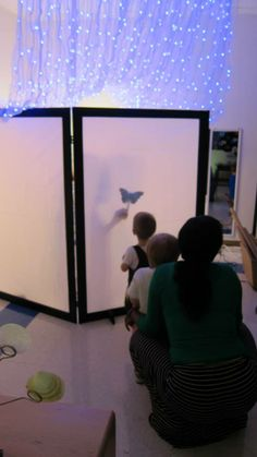 Light and shadow studio - Peachtree Presbyterian Preschool Play Based Learning, Learning Spaces, Learning Centers, Early Learning, Reggio Emilia, Reggio Children, Reggio Classroom, Shadow Play, Preschool Science