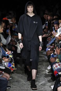 See all the Collection photos from Ktz Spring/Summer 2017 Menswear now on British Vogue Fashion Art, Runway Fashion, Fashion Show, Mens Fashion, Fashion Design, Fashion Menswear, Vogue Paris, Spring Summer Fashion, Fashion Forward