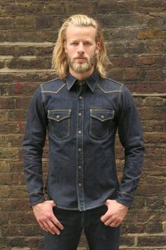 Iron Heart is obsessive about every area of its production from the choice of the long staple cotton used to make its signature 21 oz heavy denim to the leather patch that puts the finishing touch to each pair of jeans. Mens Shirt And Tie, Denim Shirt Men, Flannel Shirt Outfit, Shirt Jacket, Chemises Western, Designer Jackets For Men, Japanese Selvedge Denim, Western Style Shirt, Estilo Denim