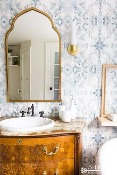 Bold Master Bathroom Makeover with Modern Wallpaper You won't believe the transformation in this easy bathroom makeover! It went from blah to modern and fresh with just a few easy DIY projects including this gorgeous bold pattern wall paper. Modern Master Bathroom, Simple Bathroom, Master Bathrooms, Classic Bathroom, Small Bathrooms, Modern Wallpaper, Of Wallpaper, Wallpaper Patterns, Wallpaper In Bathroom