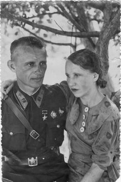 Fighter pilot Hero of the Soviet Union Yakov Antonov with his wife. Family archive photo.