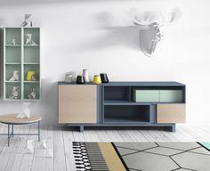 Dan es una sucesión de cubos componibles. A partir de cajas en madera y lacadas se crean composiciones y las puertas se superponen para dejar espacios entre ellas que se rellenan de color. Es una colección versátil, con piezas auxiliares y singulares que combinan con el resto de la colección. Dan is a modular system …