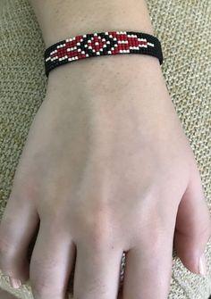 Siyah kırmızı bileklik Ürünümüz miyuki boncuklarla işlenmiştir.Siyah,kırmızı,gri renklerinden.... 443675
