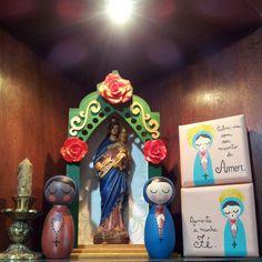 Nossa Senhora bonequinha de madeira e quadrinho por Carol Dib / Sementinhas Cor-de-Rosa. contato@caroldib.com