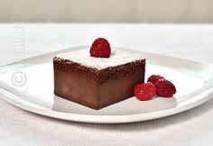 Prajitura desteapta cu ciocolata se numara oficial printre preferatele mele. Pur si simplu o ador. Este atat de usor de facut si atat de buna.