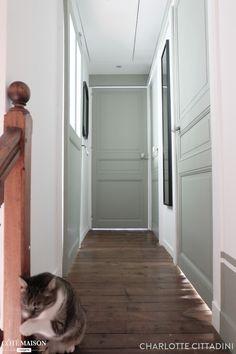 Une maison de 1931, avec des hauteurs sous plafonds, de belles portes anciennes, poignées en porcelaine, carreaux de ciment, parquet... tout cela dissimuler par des travaux réalisés par les anciens propriétaires en 1975. Il a fallu retrouver l'esprit de la maison, agrandir les espaces, aménager le grenier pour faire une maison haute en couleur, facile à vivre et pleine de charme. C'est désormais une maison de ville de 119 m², avec 3 chambres, 1 bureau, 2 salles de bains et une grande pièce…