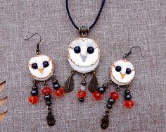 Ensemble pendentif et boucles d'oreilles bijoux chouettes effraies, hibou fait main en pâte, totem de hibou, collier pendentif hibou, boucles d'oreilles hiboux, talisman amulette hibou