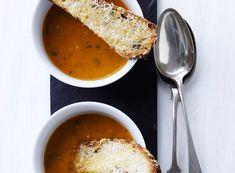 Lav en skøn tomatsuppe med sprødt ostebrød, som du kan lune dig på en kold aften.