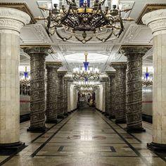 Metron odottaminen näissä maisemissa ei ole yhtään hassumpaa. Vilkaise St. Peter Line Suomen Pinterest-taulusta miltä muut Pietarin asemat näyttävät. Eivät ainakaan huonommilta... #stpeterlinesuomi #stpeterline #stpetersburg #spd #loma #pietarinristeily #pietari #metro #metroasema #pietarinmetro #luksus #upeeta
