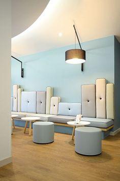 De rugkussens van de lobby van hotel Les Jardins in Saint-Maxime in allerlei verschillende hoogtes en breedtes. En kleurrijk!