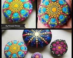 Pittoresco Mandala pietre mano dipinto Decor di Miranda Pitrone / painted stones / rock arte / dot arte / mare pietra / boho