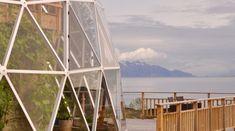 Inmitten einer runden Glaskuppel lebt in Nord-Norwegen eine fünfköpfige Familie. Die Familie Hjertefolgener (Heart-Followers) hat sich ein voll ökologisches Haus in einem runden Glashaus direkt am Meer gebaut und betreibt dort Permakultur. Vor 3Jahren begann die Familie mit der Errichtung des Cob-Hauses, welches von einer geodätischen Kuppel umgeben ist. Das Haus wurde vorrangig aus Stroh