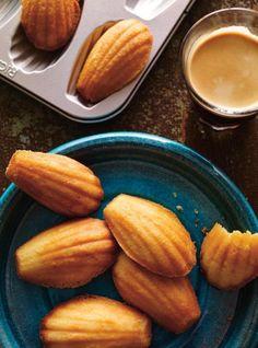 Petites madeleines au miel ~ Little honey madeleines Baking Tins, Baking Recipes, Cookie Recipes, Dessert Recipes, Barres Dessert, Lemon Madeleine Recipe, Madelines Recipe, Lemon Meringue Cookies, Ricardo Recipe