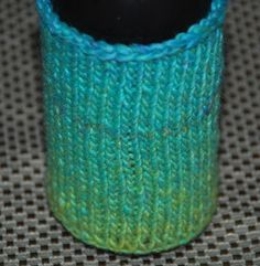 Bottle cozies are great and they're even better if you make your own. Discover an easy knitting pattern for a cozy that works on bottles and cans. Easy Knitting Projects, Easy Knitting Patterns, Crochet Patterns, Knitting Ideas, Diy Projects, Knitting Club, Free Knitting, Great Gifts For Dad, Knitted Hats