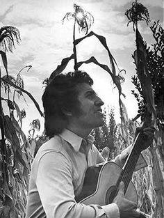 WEBGUERRILLERO: A 41 años de la muerte de Víctor Jara: 110 fotos suyas que quizá no conoces Victor Jara, Bullet Journal 2, Cult Of Personality, Protest Posters, Easter Island, Chile, Virginia Woolf, Salvador, Shoujo