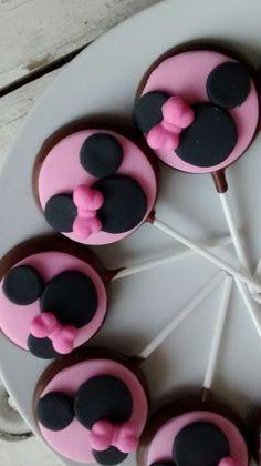 Pirulito de chocolate. Lindos na decoração da mesa de doces ou como lembrancinhas. <br>Fazemos outros temas! <br> <br>Chocolate ao leite, branco ou colorido. <br>Decorados com pasta americana, embalados e com lacinho na cor desejada. Paletas Chocolate, Chocolate Lollipops, Minnie Mouse Birthday Decorations, Minnie Mouse 1st Birthday, Mickey Mouse Crafts, Mickey Minnie Mouse, Lolly Cake, Valentine Day Cupcakes, Cookie Bouquet