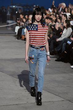 Tommy Hilfiger segue na parceria com Gigi Hadid nessa primavera-verão 2017. A etiqueta optou por não participar da Semana de Moda de NY e escolheu LA pra fazer sua apresentação.