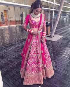 Erstaunliche Braut in einem rosa Sabyasachi Lehenga - Pink Bridal Lehenga, Wedding Lehnga, Designer Bridal Lehenga, Indian Bridal Lehenga, Pink Lehenga, Floral Lehenga, Wedding Mandap, Wedding Stage, Wedding Receptions