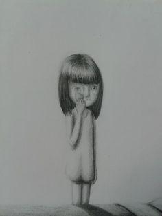 la bambina che si cancella il volto