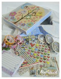 Você ama adesivos, cadernetas, bloquinhos, decotapes e coisinhas fofas de papelaria? <br>Então dá uma olhada nesse super kit! <br>Uma caixinha toda linda de corujinha, feita à mão, recheada de fofurices para as amantes de papelaria! <br>Dá pra decorar muito e ainda manter tudo organizadinho! <br>Um lindo presente para uma amiga querida ou para você mesma. <br> <br>O que vai: <br>1 caixinha 16 x 16 x 6 cm mdf decorada artesanalmente. <br>1 caderneta <br>1 bloquinho <br>5 decotapes sortidas…