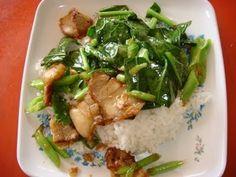 เมนูอาหาร สูตรอาหาร พร้อมวิธีทำ: ผัดผักคะน้าหมูกรอบราดข้าว