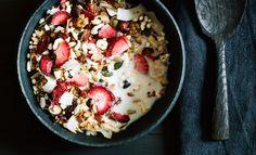Mit selbstgemachtem Müsli startet man am besten in den Tag. Die getrockneten Erdbeeren machen es zu etwas ganz Besonderem: Die Mandeln und Haselnüsse grob hacken und zusammen mit den Kürbis- und Sonnenblumenkernen, den Kokoschips und dem Buchweizen in einer Pfanne ohne Öl rösten, bis die Kerne anfangen zu knacken. Haferflocken, Quinoa Pops, Kokosöl, Ahornsirup, Zimt …