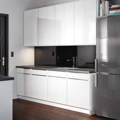 FAKTUM keuken met ABSTRAKT deuren in hoogglans wit en PRÄGEL werkblad in zwart…