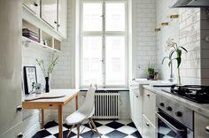 petite cuisine blanche décorée d'un carrelage métro blanc et carrelage de sol en damier noir et blanc