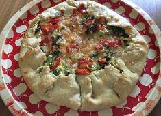 Parsakaali-paprikatäytteinen piirakka on täydellinen mökki-iltapala, koska sen voi valmistaa lounaalta jääneistä vihanneksista.