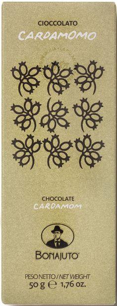 Bonajuto Cioccolato Cardamomo... Μαύρη σοκολάτα με κάρδαμο. Εντονο άρωμα κακάο με νότες μπαχαρικού. Νόστιμη απαλή γεύση κακάο με πολύ απαλές νότες κάρδαμου που δύσκολα τον διακρίνεις. Υφή που μοιάζει σαν πεπιεσμένη σκόνη κακάο μαζί με κρυσταλλική ζάχαρη που οφείλεται στην ψυχρή επεξεργασία τους (42-45 oC) και δεν αλλοιώνονται. Ξεχωρίζει για την υφή και το κακάο της. Chocolate World