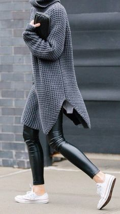 Top cooooool ! J'adore ses pantalons imitation cuir avec de chouettes et simples pulls dessus :) street style : oversized gray knit + trousers