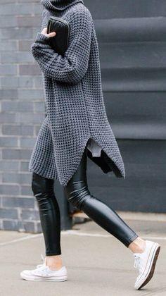 Top cooooool ! J'adore ses pantalons imitation cuir avec de chouettes et simples pulls dessus :) street style : oversized gray knit + trousers