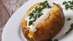 This air fryer baked potato recipe for the Instant Pot Vortex Plus is fast and easy compared to recipes that use ovens f Grilled Potato Recipes, Air Fryer Recipes Potatoes, Air Fryer Baked Potato, Air Fryer Dinner Recipes, Air Fryer Oven Recipes, Healthy Chicken Recipes, Baked Potatoes, Cheesy Potatoes, Air Fryer Healthy