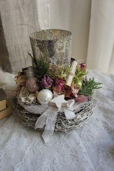 Eine zauberhaft schöne Adventsdeko im Rosenkleid.... Um ein Glaswindlicht in Bauernsilber schmiegt sich ein Rosenkränzle mit Weihnachtlichem Charme....  Durchmesser ca. 21 cm Höhe ca. 18 cm
