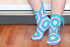 Мастер-класс по вязанию тапочек-сапожек крючком. How to crochet home sli...