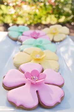 Beautiful primrose cookies (Cupcakes a diario). Fancy Cookies, Iced Cookies, Cute Cookies, Easter Cookies, Royal Icing Cookies, Cupcake Cookies, Sugar Cookies, Cookie Favors, Heart Cookies
