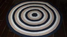 tapete confeccionado em croche <br>material utilizado barbsnte de algodão <br>cores: branco marinho e bege <br> <br>produto lavável