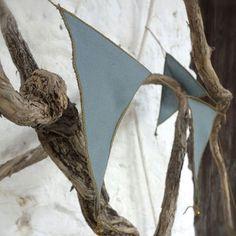 Commandez dès maintenant notre Guirlande fanions - bleu gris NUMERO74. Décoration chambre enfant l www.little-home.fr