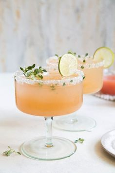 A refreshing cocktail for a fall wedding - the Honey Thyme Margarita - a tequila cocktail made with fresh squeezed juices and thyme infused honey. Cocktails Honey Thyme Margarita - The Little Epicurean Fancy Drinks, Yummy Drinks, Food And Drinks, Healthy Drinks, Yummy Food, Margarita Recipes, Cocktail Recipes, Drink Recipes, Juice Recipes