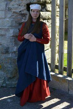Her er min kjortel og overkjortel frå seint 1200/tidleg 1300-tal!  Kjortel: Sydd med tynt vevgarn i ull i tynt klede frå Skaar Tekstil. Basert delvis på kjortelen til st. Elizabeth av Thuringen (siden det er S-erme) og funna frå Herjolfsnes (midtkile framme, sidekiler som går heilt opp i armhólen). Overkjortel: Sydd med voksa lintråd i fast klede frå Skaar Tekstil. Basert så godt det går på St. Birgitta sin overkjortel. Coronet/Fillet basert på Codex Manesse. Fantasy Costumes, 14th Century, Historical Clothing, Middle Ages, Clothes, Dresses, Women, Style, Fashion