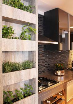 Horta vertical para cozinha pequena.