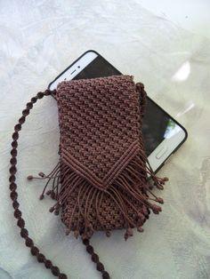 Чехол для телефона. Автор  Вера Сергеева Macrame Design, Macrame Art, Macrame Projects, Yarn Projects, Crochet Projects, Purse Patterns Free, Crochet Purse Patterns, Macrame Patterns, Macrame Bracelet Diy