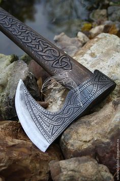God of War Viking-esque axe Gravure Metal, Tomahawk Axe, Viking Axe, Viking Sword, Battle Axe, Medieval Weapons, Fantasy Weapons, Knives And Swords, Blacksmithing