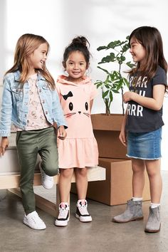 Easy denim, power-prints and  lots of super-comfy basics set the look for spring. Discover the new season's fashion for children at hm.com! | H&M Kids