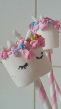 Unicorn marshmallow pop opgespoten met enchanted Cream Marshmallow Pops, Enchanted, Unicorn, Cream, Cake, Desserts, Creme Caramel, Pie Cake, Tailgate Desserts