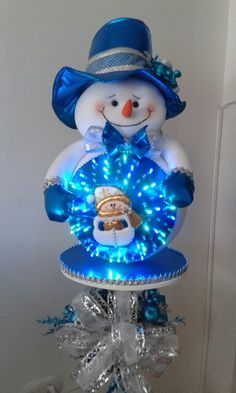 Esfera navideña Christmas Lanterns, Christmas Room, Christmas Snowman, Christmas Wreaths, Christmas Ornaments, Snowman Crafts, Diy And Crafts, Christmas Crafts, Art Dolls