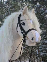 It looks like Goldie! Stick Horses, Show Horses, Mama Mia, Afrique Art, Horseshoe Projects, Fabric Animals, Super Cute Animals, Horse Crafts, Hobby Horse
