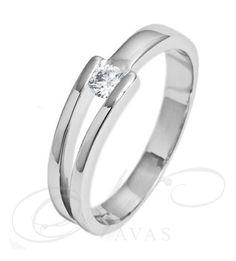 El solitario GEMINIS es un anillo de diamantes con un diamante central en talla brillante, realizado en oro, blanco o amarillo, de Primera Ley. También es factible de fabricar en platino, aunque no es recomendable para este modelo, ya que no se suele montar medidas de diamantes muy elevadas. Es un anillo de diamantes moderno, elegante y de estilo juvenil, muy favorecedor para un uso diario.