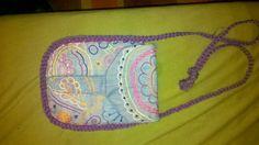 Bolso de vaquero reciclado. Va bordado con colores un motivo arabesco