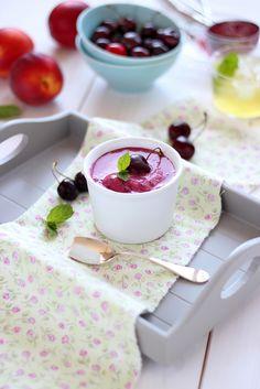 Helado de cerezas y yogur griego